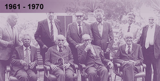 Imagem esmaecida em tons de anil de foto dos pesquisadores cassados durante a ditadura militar, sentados e de pé lado a lado