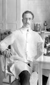 Foto antiga, em preto e branco, de Carlos Chagas em seu laboratório