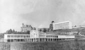 Foto em preto e branco do núcleo de construções modernistas da Fiocruz vistas ao longe