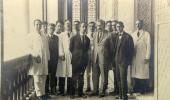 Foto em preto e branco na varanda do castelo com Einstein ao centro e outros pesquisadores.