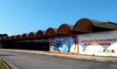 Foto ensolarada da fachada de Farmanguinhos