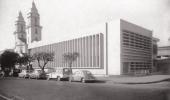 Foto em preto e branco da fachada do Instituto René Rachou, Fiocruz Minas